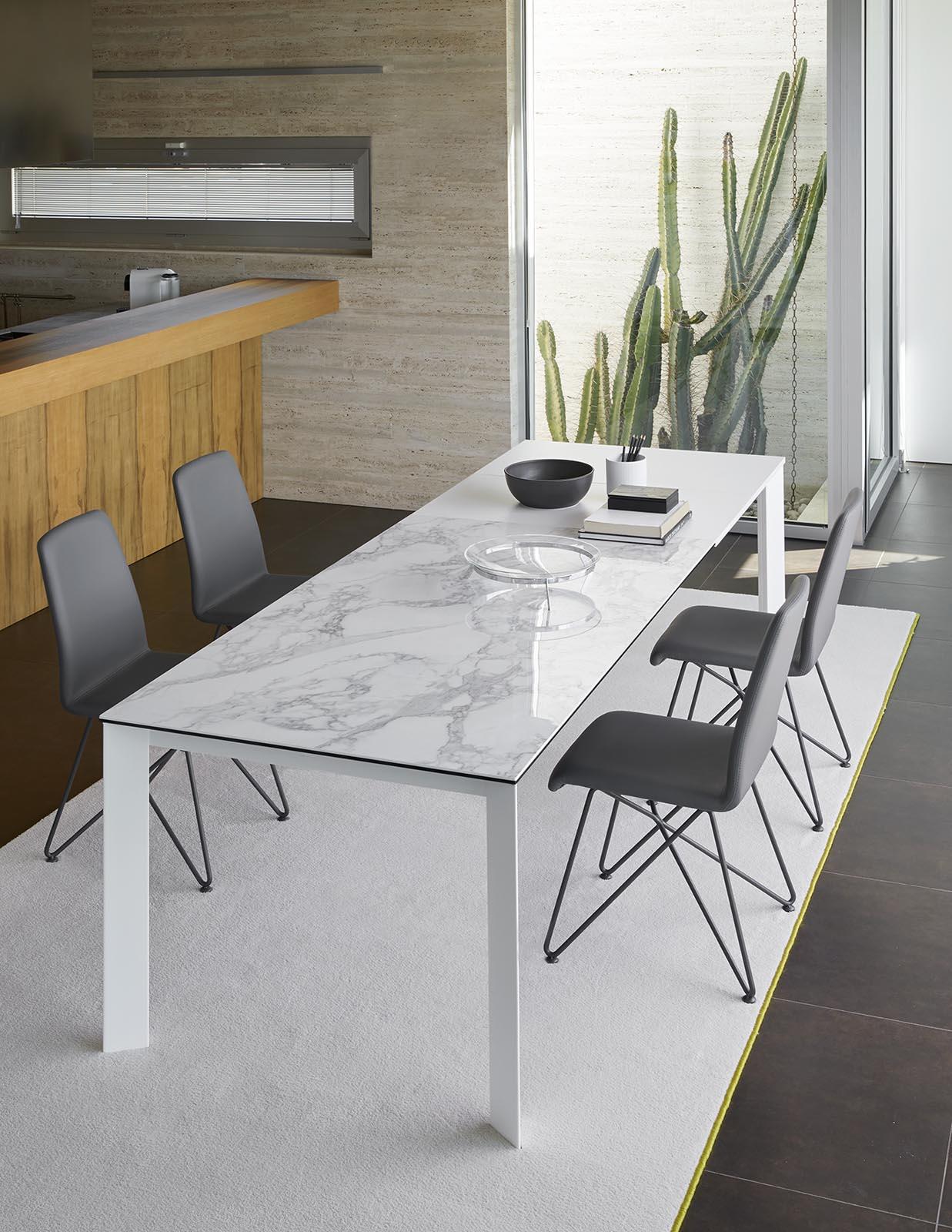Stół rozkładany z metalowymi nogami